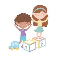 Kinderzone, kleiner Mädchenjunge, der mit Alphabetblöcken und Autospielzeug spielt
