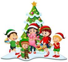 Gruppe von Kindern, die Weihnachtskostüm auf weißem Hintergrund tragen