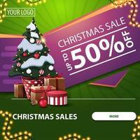 Weihnachtsverkäufe, bis zu 50 Rabatt, grünes und rosa quadratisches Web-Banner mit Knopf, Girlande und Weihnachtsbaum in einem Topf mit Geschenken