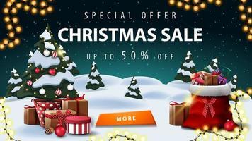 Sonderangebot, Weihnachtsverkauf, bis zu 50 Rabatt, Rabatt Banner mit Winterlandschaft. Sternenhimmel, Girlande, Knopf, Weihnachtsbaum in einem Topf mit Geschenken und Weihnachtsmann-Tasche mit Geschenken