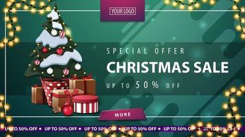 Sonderangebot, Weihnachtsverkauf, bis zu 50 Rabatt, grünes horizontales Rabattbanner mit Knopf, Rahmengirlande und Weihnachtsbaum in einem Topf mit Geschenken