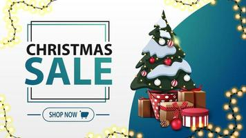 Weihnachtsverkauf, weißes und blaues Rabattbanner im minimalistischen Stil mit Girlande und Weihnachtsbaum in einem Topf mit Geschenken