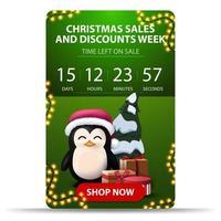 Weihnachtsverkauf und Rabattwoche, grünes vertikales Banner mit Countdown-Timer, rotem Knopf und Pinguin im Weihnachtsmannhut mit Geschenken