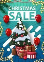 Weihnachtsverkauf, blaues vertikales Rabattbanner mit Girlanden, roten Luftballons, abstrakten Formen und Weihnachtsbaum in einem Topf mit Geschenken