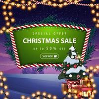 Sonderangebot, Weihnachtsverkauf, bis zu 50 Rabatt, grünes Rabattbanner mit Weihnachtsbaumzweigen, Girlande, Winterlandschaft im Hintergrund und Weihnachtsbaum in einem Topf mit Geschenken