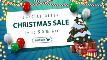Sonderangebot, Weihnachtsverkauf, bis zu 50 Rabatt, blaues Rabattbanner mit Luftballons, Girlande, weißem Papierblatt und Weihnachtsbaum in einem Topf mit Geschenken