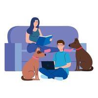 junges Paar, das Buch liest und Laptop verwendet, der in Couch mit Hunden sitzt