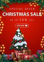 Sonderangebot, Weihnachtsverkauf, bis zu 50 Rabatt, rotes vertikales Rabattbanner mit Weihnachtsbaum in einem Topf mit Geschenken, Rahmen von Weihnachtsbaumzweigen, Girlanden und Geschenken
