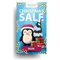 julförsäljning, blå vertikal rabatt med lila knapp, pingvin i jultomtenhatt med presenter och julgran isolerad på vit bakgrund vektor