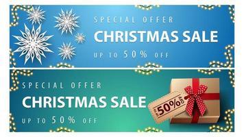 Sonderangebot, Weihnachtsverkauf, bis zu 50 Rabatt, blaue und grüne horizontale Rabattbanner mit Papierschneeflocken und Geschenken mit Preisschild vektor