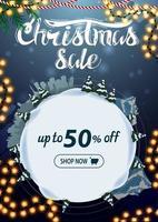 Weihnachtsverkauf, bis zu 50 Rabatt, vertikales blaues Rabattbanner mit Cartoon-Winterlandschaft in Form von Schneeball vektor