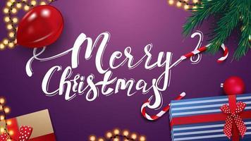 Frohe Weihnachten, lila Grußkarte mit Geschenken, roter Ballon, Girlande und Weihnachtsbaumzweige, Draufsicht
