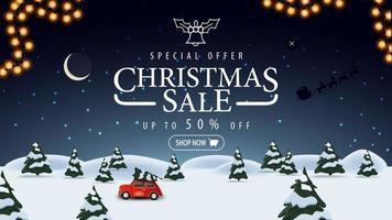 Sonderangebot, Weihnachtsverkauf, bis zu 50 Rabatt, blaues Rabattbanner mit Nachtwinterlandschaft auf Hintergrund, Sternenhimmel und rotem Oldtimer mit Weihnachtsbaum