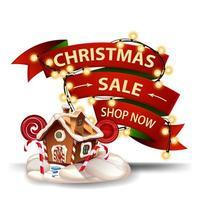 julförsäljning, rabattbanner i form av rött band, krans lindat runt bandet och jul pepparkakshus. rabatt banner isolerad på vit bakgrund
