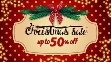 Weihnachtsverkauf, bis zu 50 Rabatt, rotes Rabattbanner mit Tupfenstruktur auf Hintergrund, Weinleserahmen, Weihnachtsbaumzweige und roter Schleife