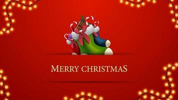 Frohe Weihnachten, rote Postkarte im minimalistischen Stil mit Weihnachtsstrümpfen und Girlande vektor