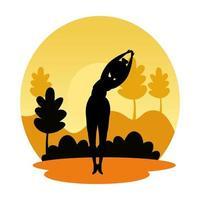 Silhouette der Frau, die Pilates auf der Landschaftssonnenuntergangsszene übt
