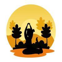 silhuett av kvinna som övar pilates på landskapssolnedgångscenen