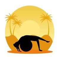 Silhouette der Frau, die Pilates mit Ballon auf Sonnenuntergangsszene übt