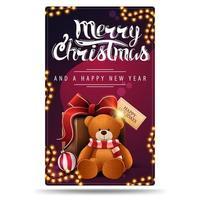 Frohe Weihnachten und ein gutes neues Jahr, lila vertikale Postkarte mit Girlanden und Geschenk mit Teddybär