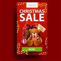 Weihnachtsverkauf, rotes vertikales Rabattbanner mit Girlande, grüner Knopf und Geschenk mit Teddybär vektor