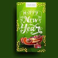 Frohes neues Jahr, vertikale grüne Postkarte mit Girlande, schöner Schrift und Weihnachtsschlitten mit Geschenken