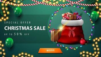 Sonderangebot, Weihnachtsverkauf, bis zu 50 Rabatt, grünes Rabattbanner mit Girlanden, grünen Luftballons, Knopf und Weihnachtsmann-Tasche mit Geschenken