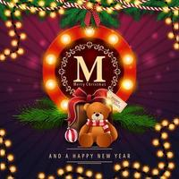 Frohe Weihnachten und ein frohes neues Jahr, lila quadratische Postkarte mit rundem Grußemblem, Girlande, Weihnachtsbaumzweigen und Geschenk mit Teddybär