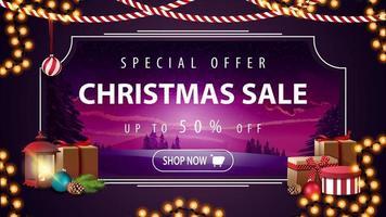 specialerbjudande, julförsäljning, upp till 50 rabatt, vacker rabattbanner med lila vinterlandskap på bakgrund och vintage lykta med presenter på förgrunden vektor