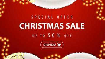 Sonderangebot, Weihnachtsverkauf, bis zu 50 Rabatt, rotes Rabattbanner in Form eines Weihnachtsmannkostüms mit Girlande vektor