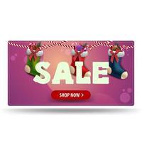 Weihnachtsverkauf, rosa Rabattbanner mit rotem Knopf und Weihnachtsstrümpfen vektor