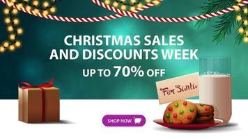 Weihnachtsverkauf und Rabattwoche, bis zu 70 Rabatt, grünes Rabattbanner mit unscharfem Hintergrund, Girlanden und Kekse mit einem Glas Milch für den Weihnachtsmann