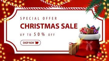 Sonderangebot, Weihnachtsverkauf, bis zu 50 Rabatt, rotes Rabattbanner mit weißem Blatt Papier in Form eines Vintage-Tickets, Weihnachtsbaumzweige, Girlanden und Weihnachtsmann-Tasche mit Geschenken