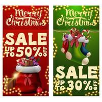 zwei weihnachtsrabattbanner mit santa claus tasche mit geschenken und weihnachtsstrümpfen. rote und grüne vertikale Rabattbanner vektor