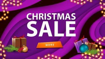 Weihnachtsverkauf, lila Rabattbanner im Papierschnittstil mit Knopf, Geschenk und Weihnachtsbaumzweig vektor