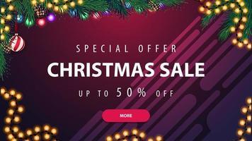 Sonderangebot, Weihnachtsverkauf, bis zu 50 Rabatt, horizontales lila Rabattbanner mit Girlande und Weihnachtsbaumzweig vektor