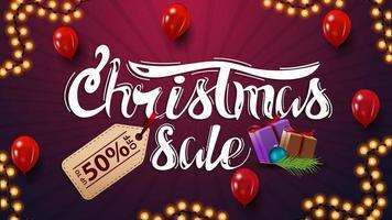 Weihnachtsverkauf, Rabatt Banner mit schönen Schriftzug mit Preisschild. Rabatt lila Banner mit roten Luftballons und Weihnachtsgeschenken