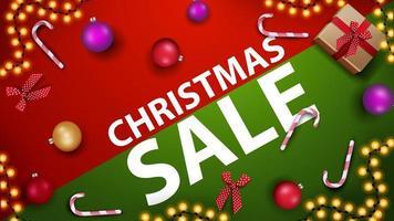 Weihnachtsverkauf, modernes rotes und grünes Rabattbanner mit Zuckerstange, Weihnachtsball und Girlande auf dem Tisch, Draufsicht vektor
