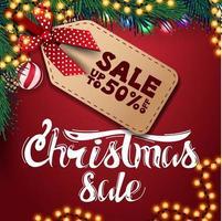 Weihnachtsverkauf, bis zu 50 Rabatt, rotes Rabattbanner mit Girlande, Weihnachtskugeln und Weihnachtsbaumzweigen vektor