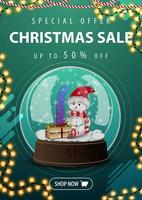 Weihnachtsverkauf, bis zu 50 Rabatt, vertikales grünes Rabattbanner mit Girlande und Schneekugel mit Schneemann vektor