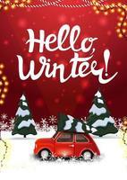 Hallo, rote Winterpostkarte mit Kiefernwinterwald und rotem Oldtimer, der Weihnachtsbaum trägt