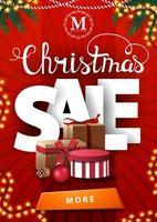 Weihnachtsverkauf, rotes vertikales Rabattbanner mit großen weißen Buchstaben und vielen Weihnachtsgeschenken