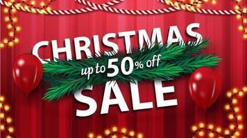 Weihnachtsverkauf, bis zu 50 Rabatt, rotes horizontales Rabattbanner mit Weihnachtsbaumzweigen, Luftballons und Girlande