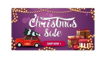Weihnachtsverkauf, lila Rabattfahne mit rotem Auto, das Weihnachtsbaum, Geschenke und Girlanden trägt