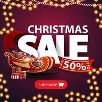 Weihnachtsverkauf, bis zu 50 Rabatt, quadratisches lila Rabattbanner mit Girlanden, großen Buchstaben, rotem Band, Knopf und Weihnachtsschlitten mit Geschenken