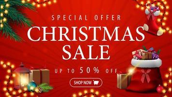 Sonderangebot, Weihnachtsverkauf, bis zu 50 Rabatt, rotes Rabattbanner mit Girlande, Weihnachtsbaumzweige, Weihnachtsstrumpf und rote Weihnachtsmanntasche mit Geschenken