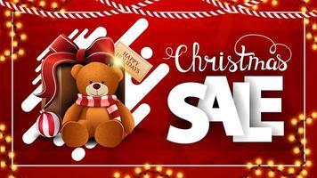 Weihnachtsverkauf, rotes Rabattbanner mit Girlanden, polygonale Textur, abstrakte flüssige Formen, große weiße volumetrische Buchstaben und Geschenk mit Teddybär