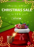 Sonderangebot, Weihnachtsverkauf, bis zu 50 Rabatt, vertikales rotes und grünes Rabattbanner im Materialdesignstil mit Weihnachtsmann-Tasche mit Geschenken