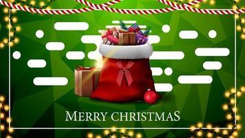 Frohe Weihnachten, grüne Postkarte mit Girlanden, polygonale Textur, abstrakte flüssige Formen und Weihnachtsmann-Tasche mit Geschenken