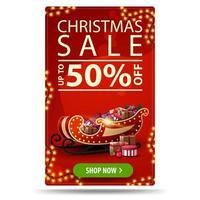 Weihnachtsverkauf, bis zu 50 Rabatt, rotes vertikales Rabattbanner mit Girlanden, Knopf und Weihnachtsschlitten mit Geschenken